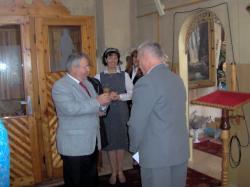 Gerard wręcza pamiątkową świecę.jpg - Prijatie Charty 1.10.2011