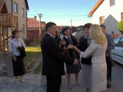 chwila rozmów przed kościołem.jpg - Prijatie Charty 1.10.2011