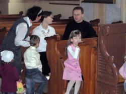 ks. ze swoją żoną i dziećmi.jpg - Prijatie Charty 1.10.2011