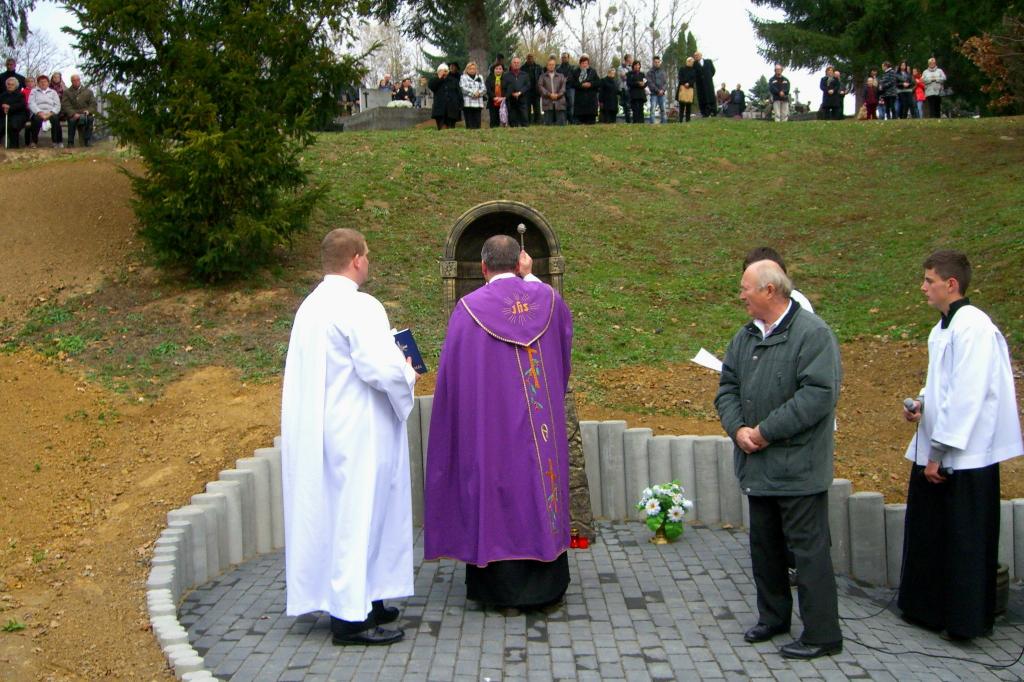 Ja3P_C-13.006.JPG - Nový kríž a socha Panny Márie - posvätenie 2013
